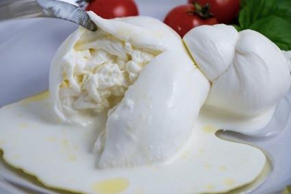 モッツァレラの中から生クリームがあふれ出す「ブラータチーズ」