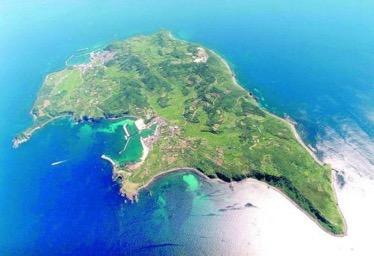 山口県の萩市沖から北西へ約45kmの日本海に浮かぶ『見島(みしま)』