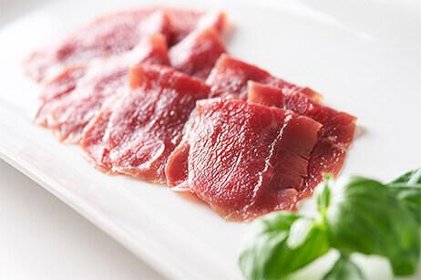 栄養が豊富で赤みのおいしさが際立つ「ダチョウ肉」